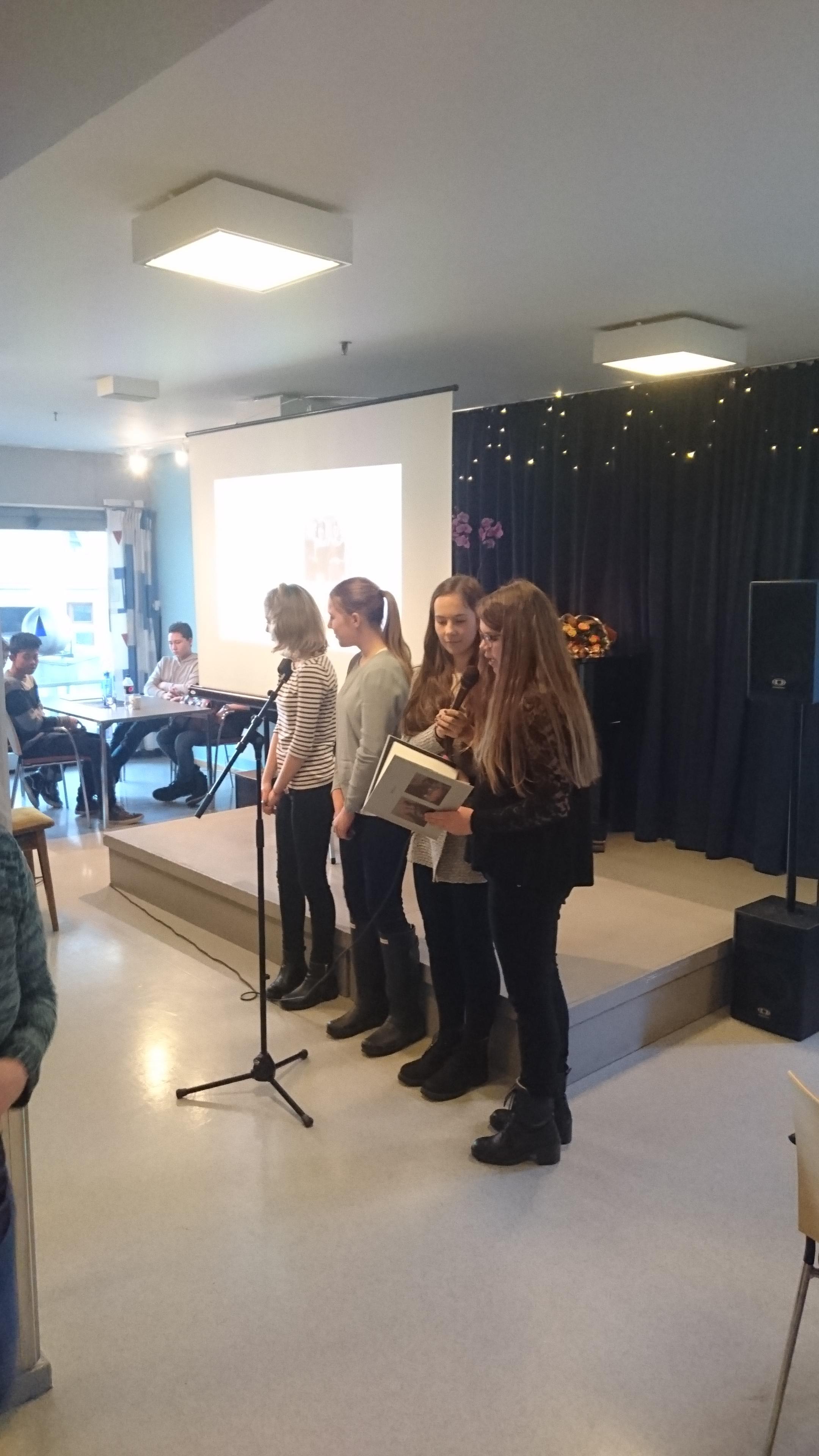 Elever fra 9. trinn presenterer bøkene på Vålerenga bo- og servicesenter